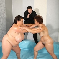 Mature Dominika wrestling with BBW Viktorie