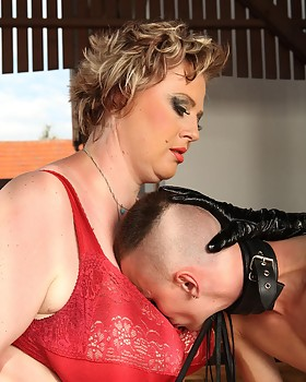 Two super-sized dominas demand worship